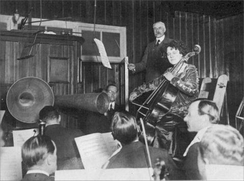 Acoustic recording session with Elgar and Beatrice Harrison, 1920