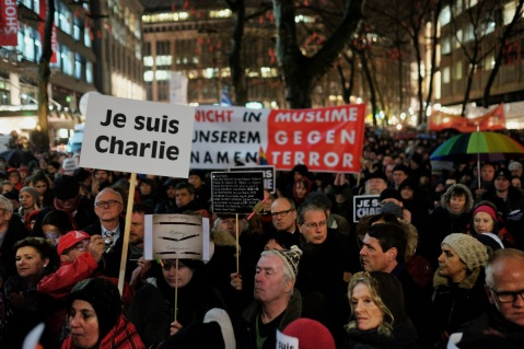 "Image of ""Je Suis Charlie"" solidarity demonstrations in Hamburg, Germany, by Flickr user Konrad Lembcke"